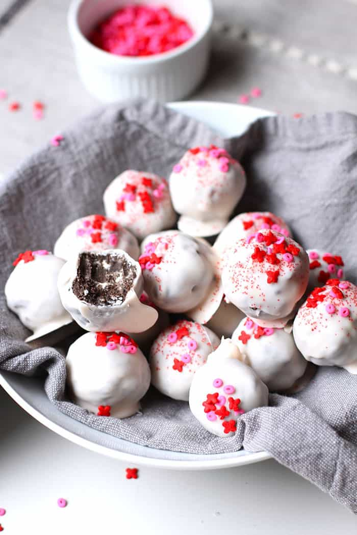 White Chocolate Oreo Truffles -- a simple no-bake delectable dessert, featuring Oreo cookies, cream cheese, and white chocolate! | suebeehomemaker.com