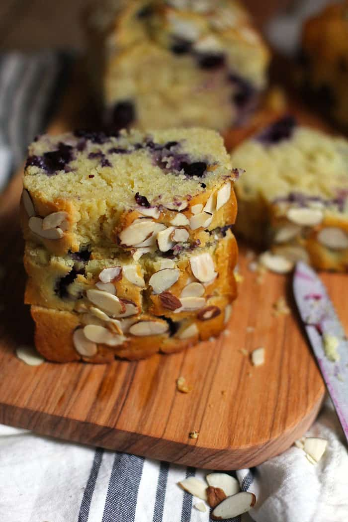 Almond Blueberry Lemon Bread is packed with blueberries and aaaaall the lemon flavors. The almond extract and the sliced almonds on top take it to the next level. SO good! | suebeehomemaker.com